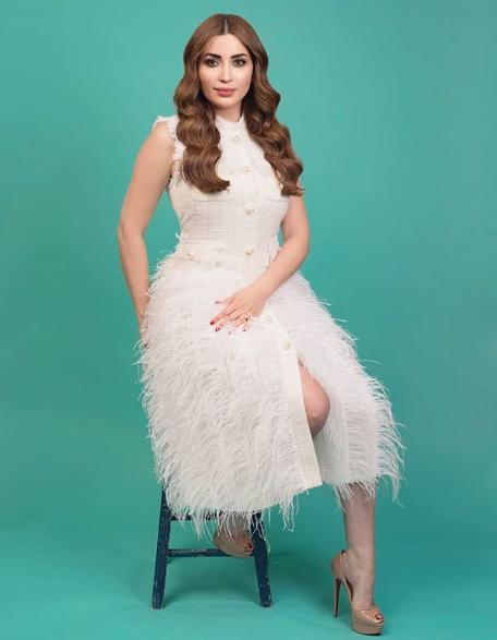 نسرين طافش أنيقة في فستان من الريش الأبيض