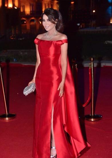 رابعة الزيات اختارت فستان أحمر اوف شولدرز