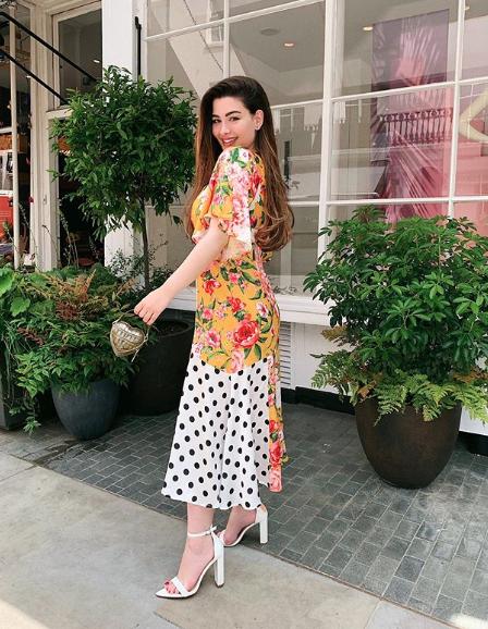 روان في فستان ماكسي معرق بالورود