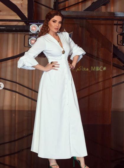 سيرين عبد النور أنيقة في فستان أبيض ناعم