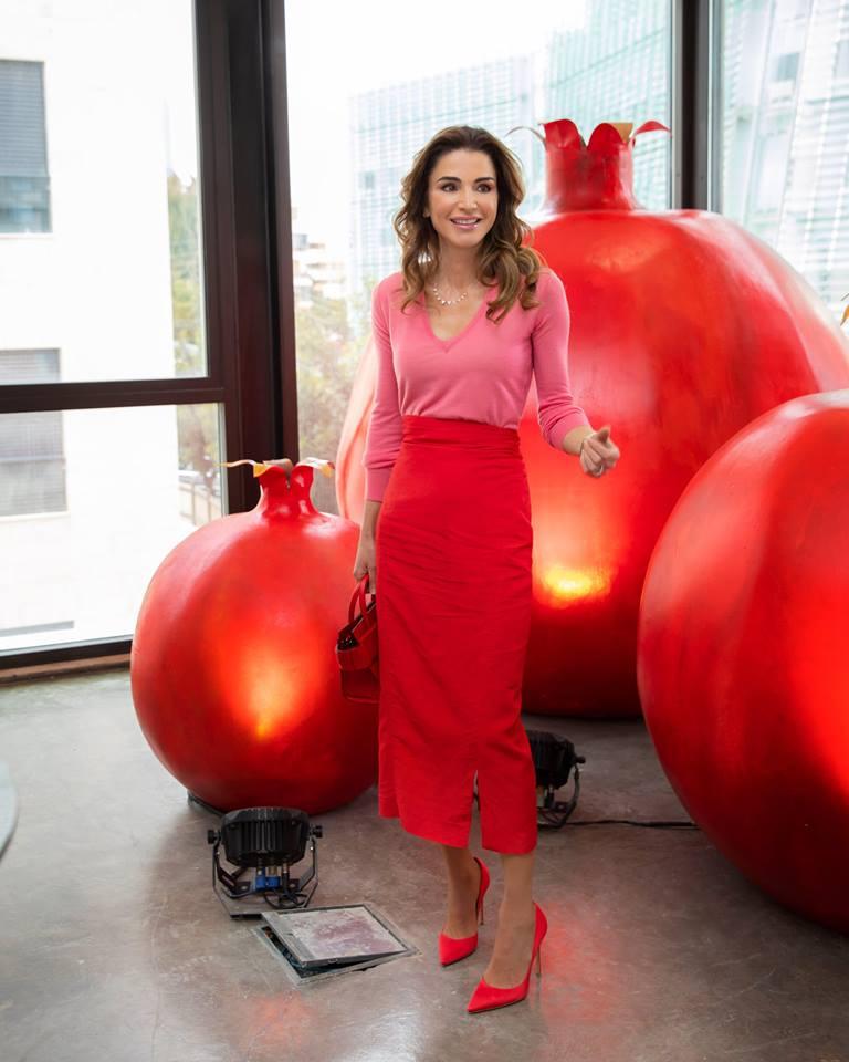 اطلالة باللونين الزهري والأحمر اعتمدتها الملكة رانيا