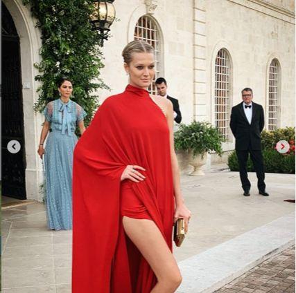 Toni Garrn بفستان باللون الأحمر