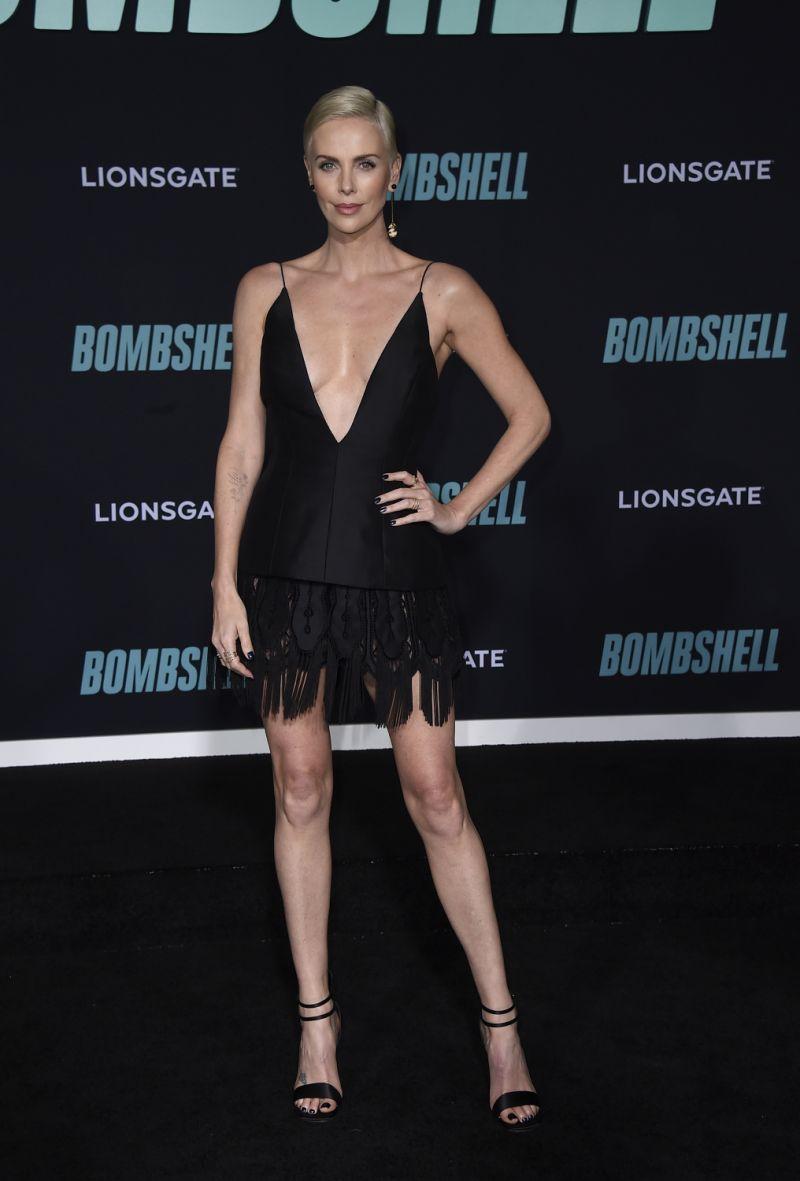 تشارليز ثيرون متألقة في فستان قصير أسود من ديور