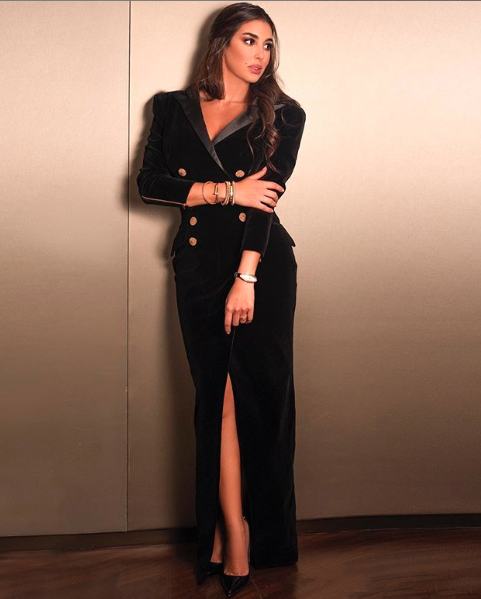 ياسمين صبري في فستان بليزر من المخمل الأسود