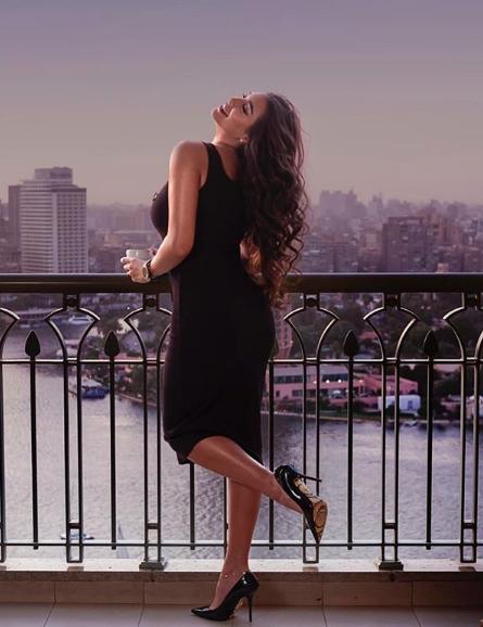ياسمين صبري في فستان ميدي أسود