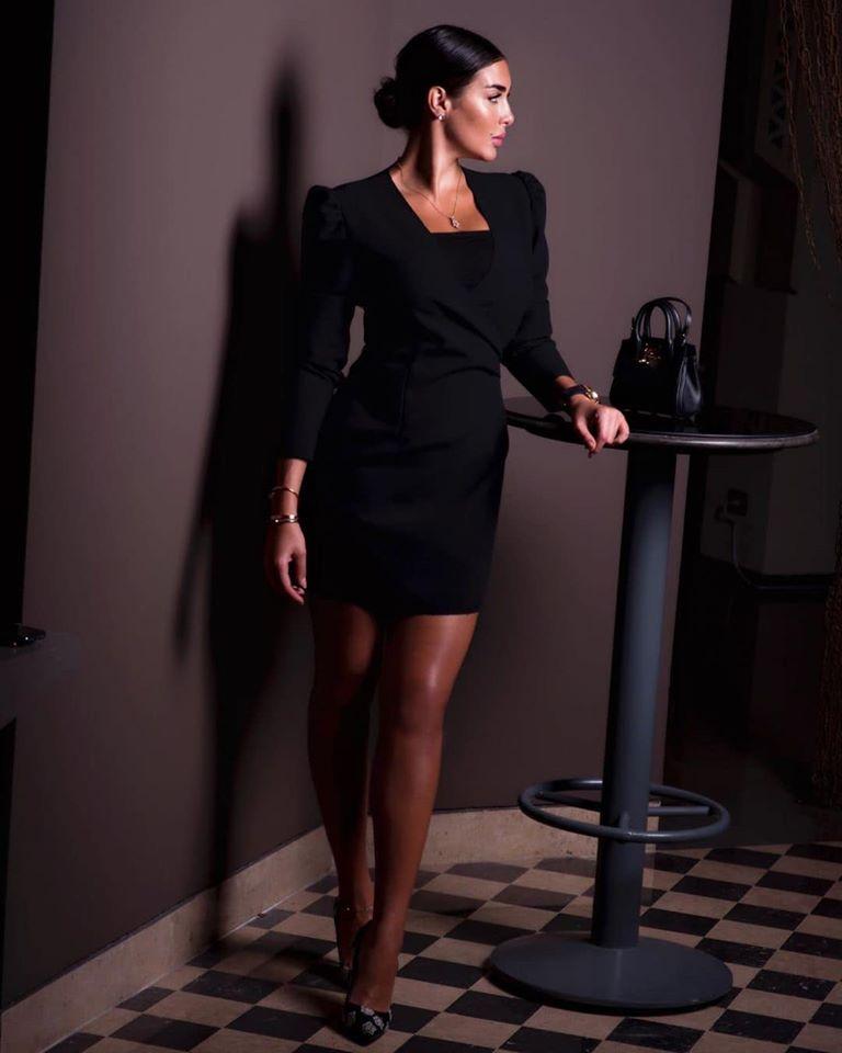 ياسمين صبري أنيقة في فستان أسود قصير