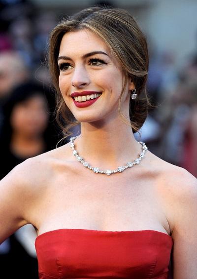 آن هاثوي ترتدي قلادة من الماس من تيفاني اند كو Tiffany & Co