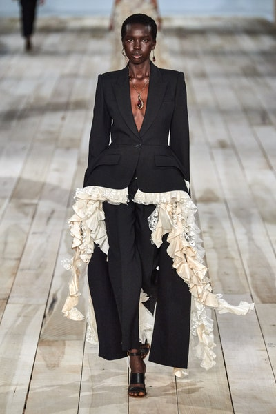 بدلة بالجيوب البارزة لإطلالة رسمية فاخرة من أليكساندر ماكوين Alexander McQueen