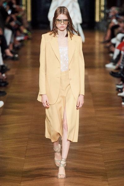 بدلة بتصميم بليزر وتنورة ميدي باللون الأصفر الباهت من ستيلا ماكارتني Stella McCartney