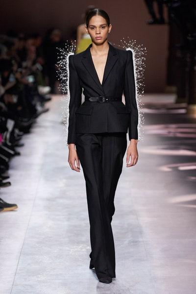 بدلة سوداء مع تفاصيل من الريش من عرض جيفنشي Givenchy