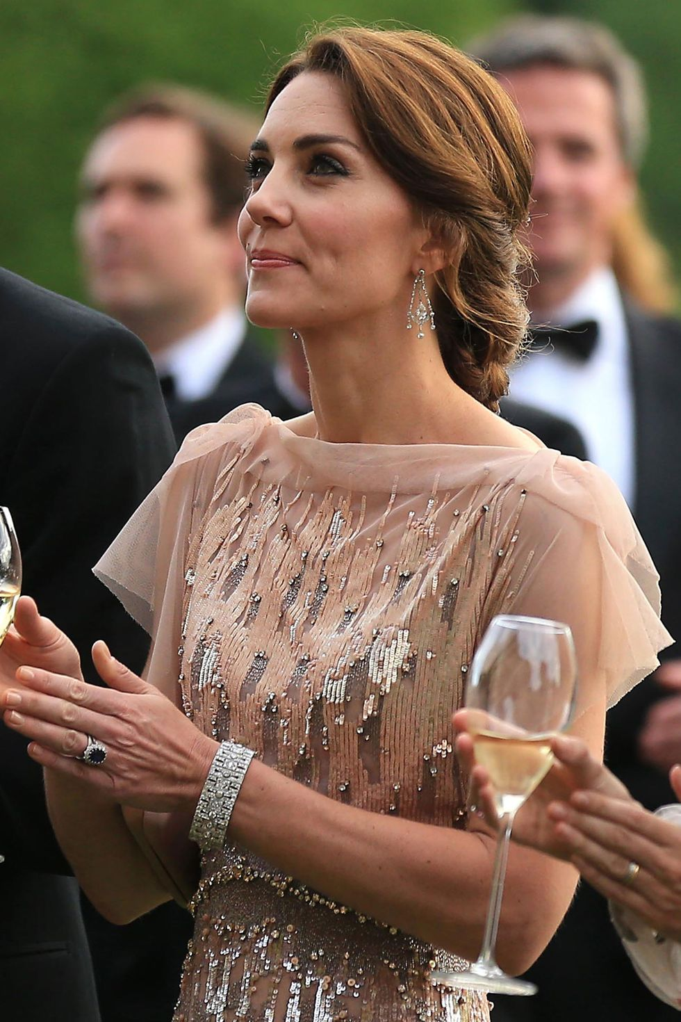 دوقة كامبريدج منسقةً أٌقراط بشكل ثريا متدلية من الماس خلال حفل غالا في إيست آنغليا