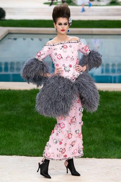 7e4bfc368 فرأيناه على الأكمام وأطراف التصاميم، مثل هذا الفستان الزهري المزخرف بالورود  والريش الرمادي.