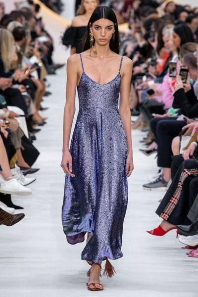 فستان بنفسجي من الترتر من من فالنتينو Valentino