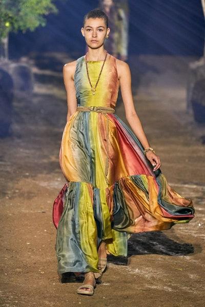 فستان بنقشات قوس قزح من ديور Dior