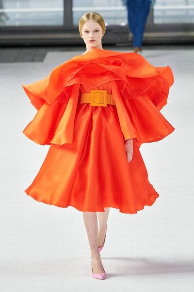 فستان برتقالي بالكشاكش من كارولينا هيريرا Carolina Herrera