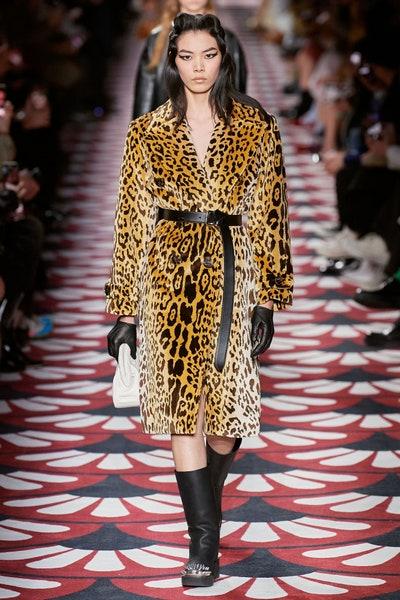 فستان بطبعات الفهد مع حزام أسود من ميو ميو Miu Miu