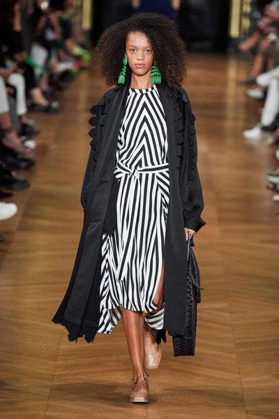 فستان بتقليمات الأسود والابيض من ستيلا ماكارتني Stella McCartney