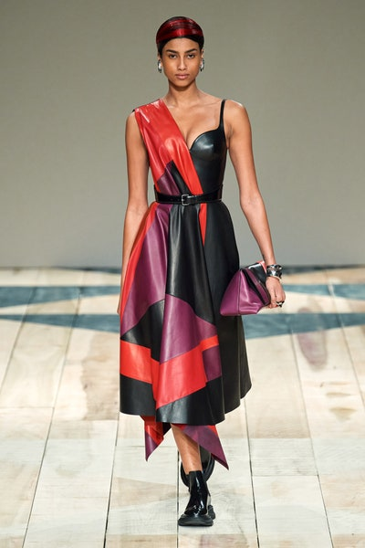 فستان باتشوورك من الجلد من أليكساندر ماكوين alexander McQueen