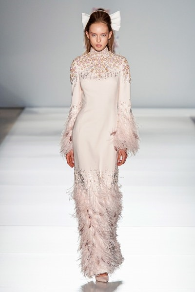فستان بتصميم محتشم من الريش من رالف اند روسو Ralph&Russo