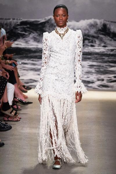فستان أبيض بالشراريب من زيمرمان Zimmermann