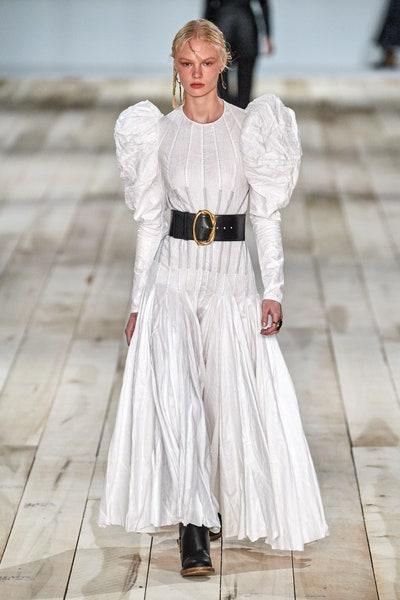 فستان ابيض من اليكساندر ماكوين Alexander McQueen