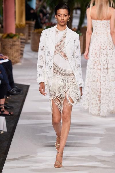 فستان أبيض قصير بالشراريب من أوسكار دي لا رنتا Oscar De La Renta