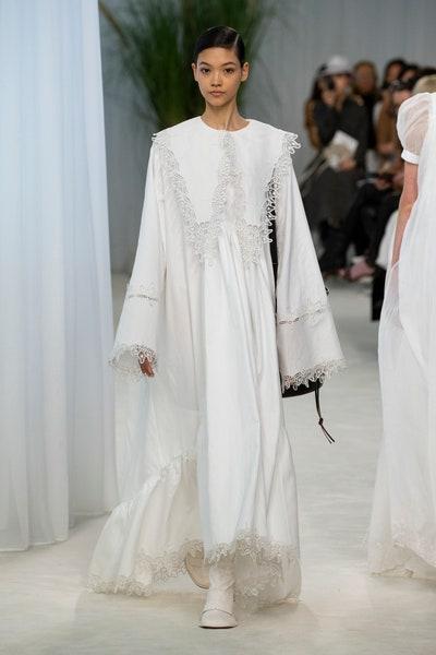 فستان أبيض واسع بتصميم موديست من لويفي Loewe