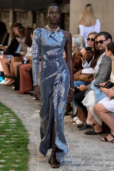 فستان فاخر باللون الفضي لإطلالة مسائية من رولان مويه Roland Mouret