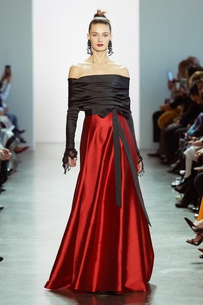 فستان فاخر من الساتان باللونين الأحمر والأسود من بادجلي ميشكا Bdgley Mischka