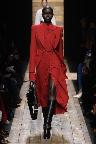 فستان أحمر راق مع بليزر من مايكل كورس Michael Kors