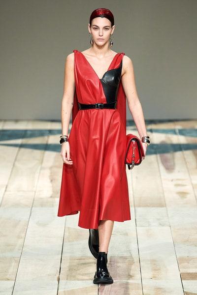 فستان جلد أحمر بتصميم A LINE من أليكساندر ماكوين Alexander McQueen