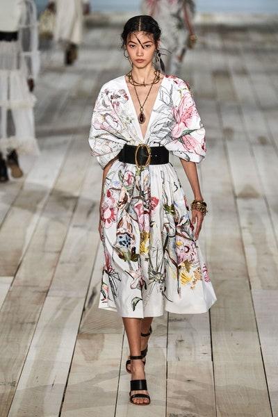 فستان كاجوال بأكمام منفوخة وطبعات الورود من اليكساندر ماكوين Alexander McQueen