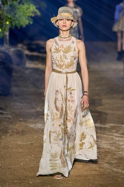 فستان مع قبعة قش بيج بالتخريمات من كريستيان ديور Christian Dior
