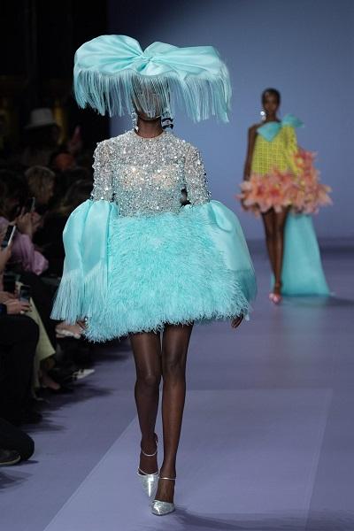 فستان مميز بلون التركواز بالريش من تصميم جورج حبيقة Georges Hobeika خلال اسبوع باريس للهوت كوتور