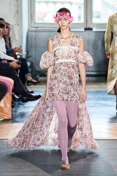 فستان من جمباتيستا فالي Giambattista Valli بطبعات الورود البنفسجية