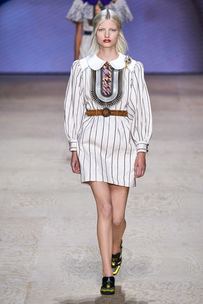 فستان قصير بالتقليمات الرفيعة من لويس فويتون Louis Vuitton