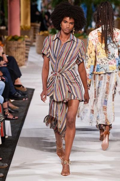فستان قصير بالتقليمات من أوسكار دي لا رنتا Oscar De La Renta