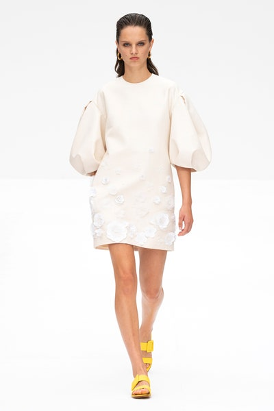 فستان قصير أبيض من كارولينا هيريرا Carolina Herrera