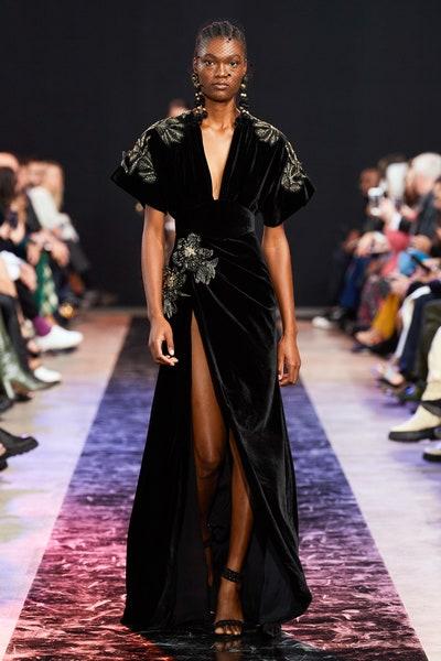 فستان راقي من المخمل الأسود والزركشات الذهبية من إيلي صعب Elie Saab