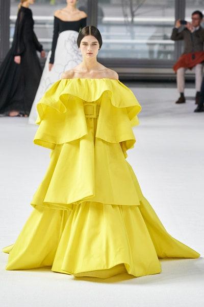 فستان أصفر حيوي راقي من كارولينا هيريرا Carolina Herrera