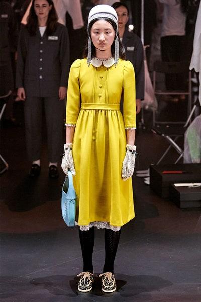 فستان أصفر مع ياقة بيضاء من غوتشي Gucci