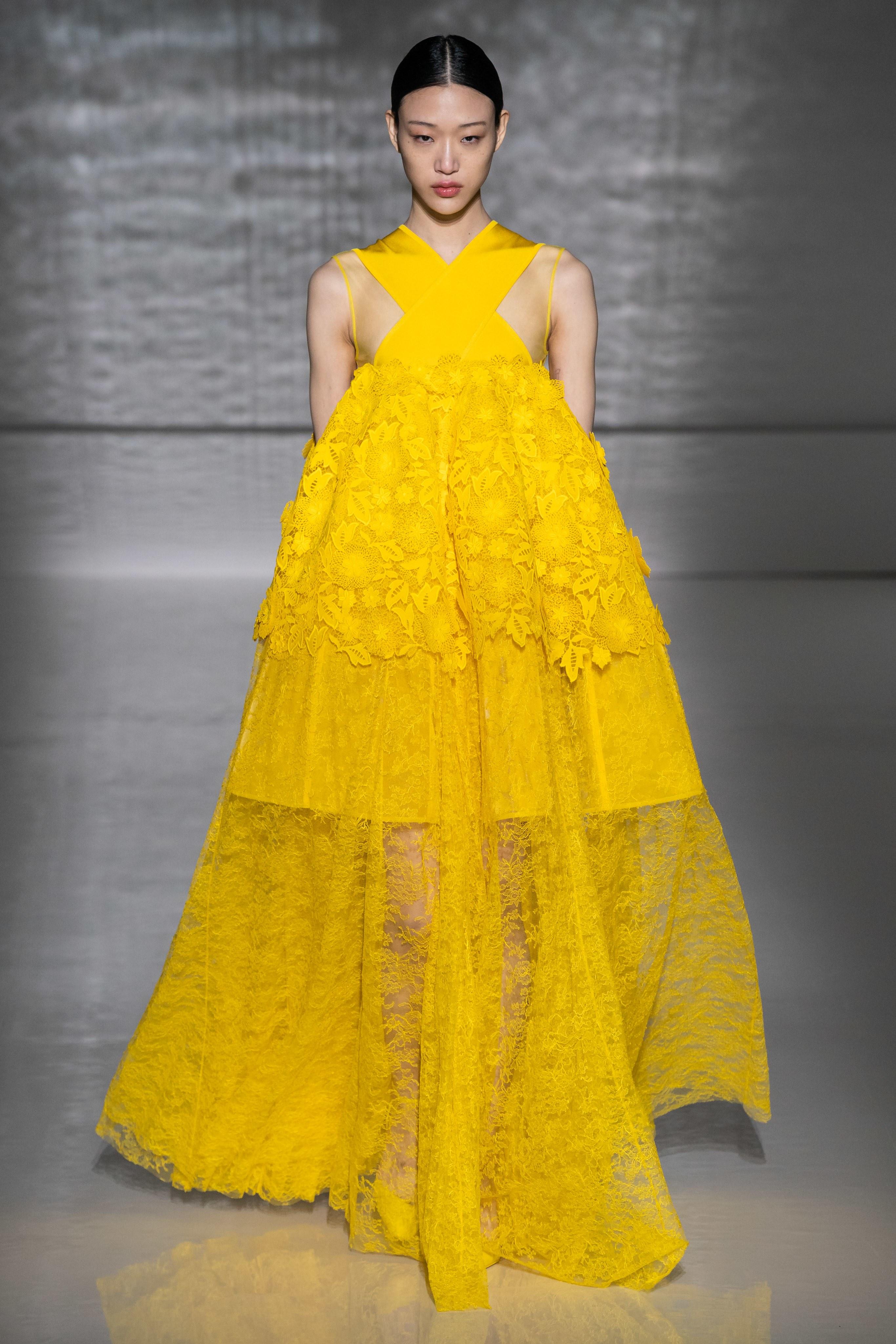 fd54563cdd51e رأيناه على منصات عروض الكثير من العلامات خلال أسبوع باريس للأزياء الراقية  للموسم المقبل، حيث كان أبرزها ألبيرتا فيريتي Alberta Ferretti، وجيفنشي  Givenchy، ...