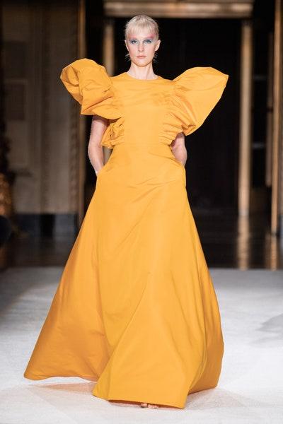 فستان سهرة بأكتاف ضخمة باللون الأصفر من كريستيان سيريانو Christian Siriano