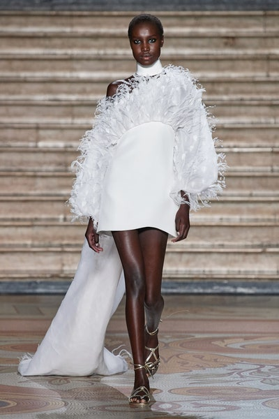 فستان سهرة بتفاصيل من الريش من أنطونيو غريمالدي Antonio Grimaldi