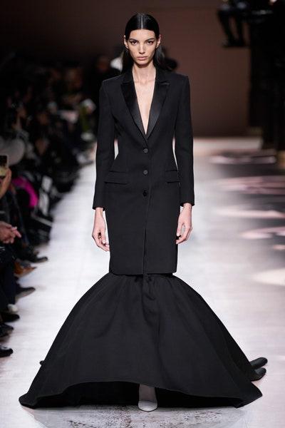 فستان سهرة بتصميم بدلة باللون الأسود من جيفنشي Givenchy