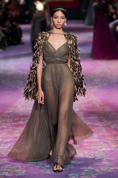 فستان سهرة مع كاب من الريش من كريستيان ديور Christian Dior