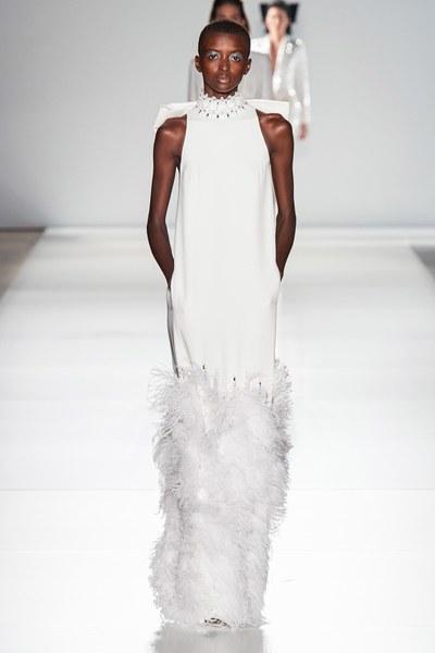 فستان سهرة من الريش من رالف اند روسو Ralph&Russo