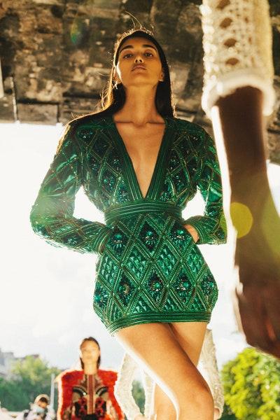 فستان سهرة قصير باللون الزيتي والزركشات من بالمان Balmain