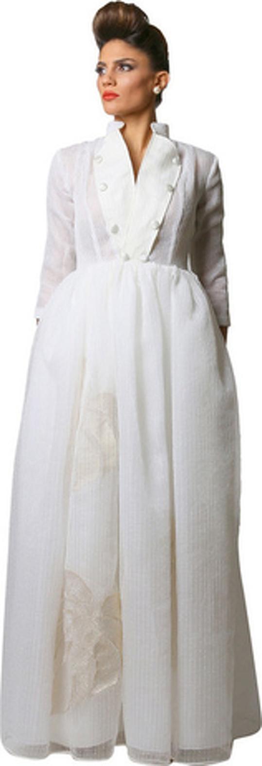 a34409a64bcab فستان طويل راقٍ بتصميم منفوش من الأسفل وياقة مزيّنة بالأزرار، من قماش  الأورجانزا باللون الأوف وايت المخططّ، مزيّن بأوراق الشجر من اللامية الذهبي،  بأكمام ...