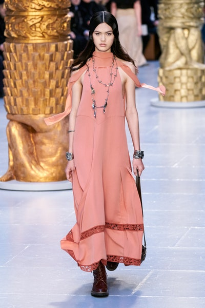 Chloe فستان طويل فضفاض بلون نيود داكن من كلوي Chloe